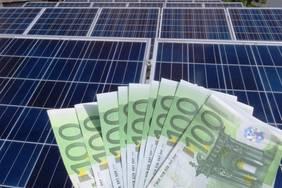 Die meisten finanzieren eine Photovoltaikanlage über einen Kredit. Bild: © istock.com/tzahiV
