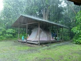 Die Unterkünfte der Feldforscher leiden unter der heftigen Witterung am Äquator und müssen in regelmäßigen Abständen renoviert werden.