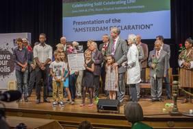 """Amsterdam Erklärung: Die 8-jährige Meike aus den Niederlanden präsentiert die """"Amsterdam Erklärung"""", die die gesammelten Ideen zum Bodenschutz enthält. (c)  Nature & More"""
