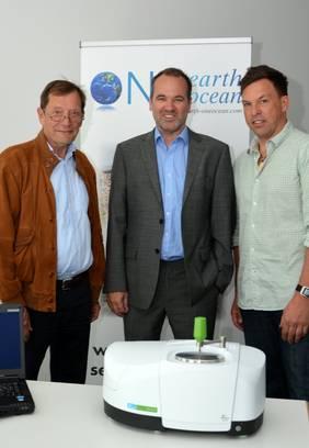 Michael Röchling (links) von der Röchling-Stiftung überreicht das Spektrometer der Firma PerkinElmer an Günther Bonin (Mitte) von OEOO; rechts Frank Trinkl von PerkinElmer