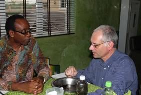"""Nnimmo Bassey, Direktor der Health of Mother Earth Foundation und Träger des Right Livelihood Awards 2010 (des """"alternativen Nobelpreises""""), im Gespräch mit Rüdiger Stöhr von One Earth - One Ocean e.V."""