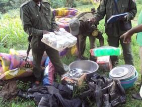 Martha Robbins (vordere Reihe, 2. v. li.) mit ihrem Team vom Loango-Langzeitprojekt zu Verhalten, Gruppenzusammensetzung und Gesundheit bei Gorillas und Schimpansen
