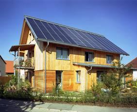 Original Sonnenhäuser bieten maximalen Komfort, Unabhängigkeit und Wirtschaftlichkeit, ohne Kohle, Öl, Gas zu verbrauchen. Foto: Sonnenhaus-Institut e.V.